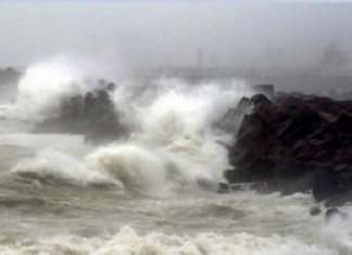 Hurricanes could hit the Gujarat coast anytime,waves rise up to 15 feet high