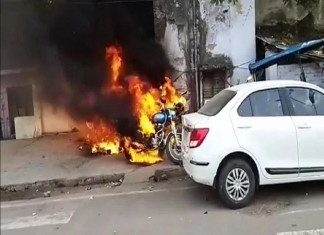 CAA Protests Turns Violent in Lucknow, Protestors Set Fire on Police Post and Vehicles
