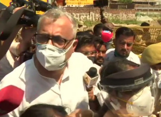 Hathras gang-rape: TMC MP Derek O'Brien pushed to ground by UP cops